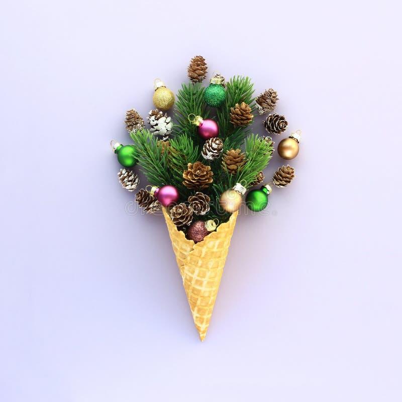 Cone do waffle do gelado com ramos, cones e ballsthemecreativeconceptdece do abeto fotos de stock