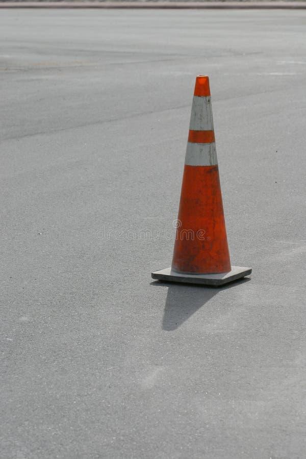 Cone na estrada fresca fotografia de stock