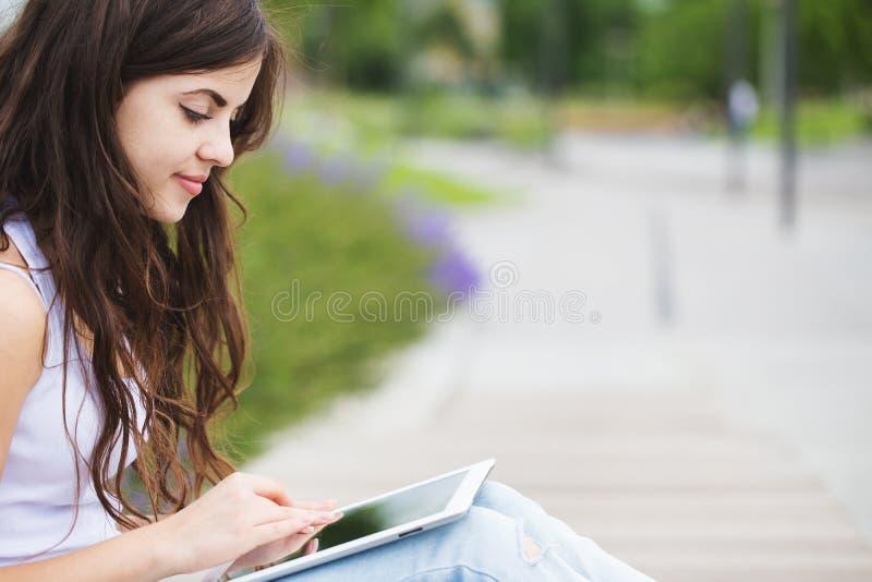 conectado Mulher do moderno que usa o tablet pc digital imagens de stock