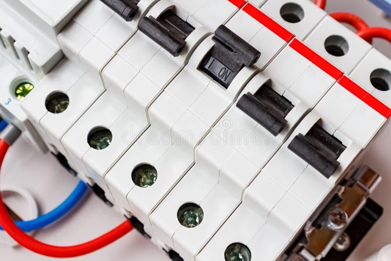 Conectado por los disyuntores automáticos de los alambres en el montaje del primer de la caja imagenes de archivo