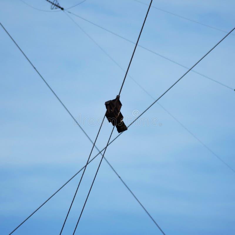 Conecte os dois cabos à força da asseguração do metal foto de stock