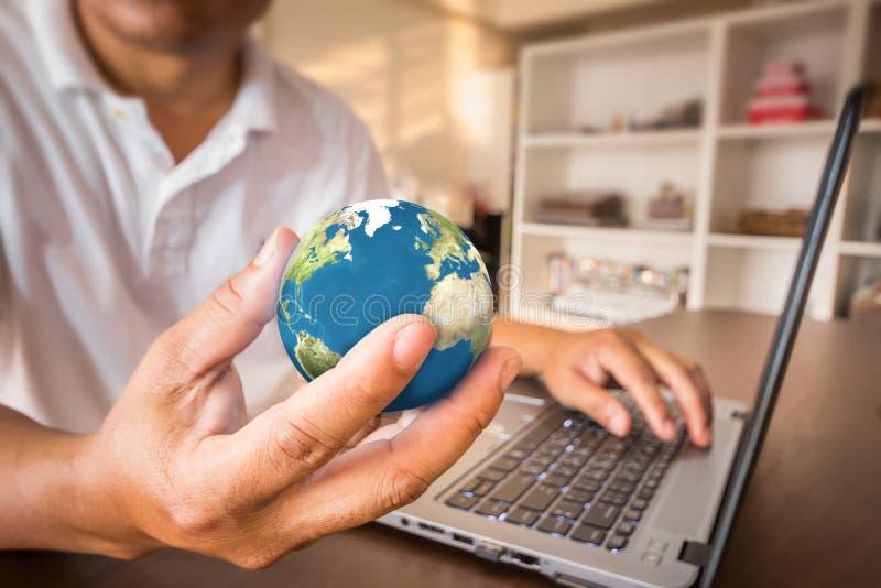 Conecte a tierra la esfera con la flotación ligera del sol a disposición del hombre de negocios foto de archivo