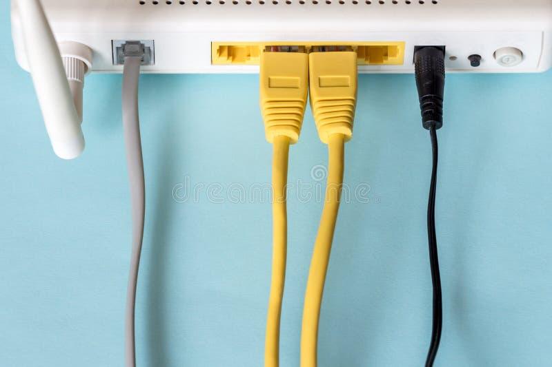 Conecte um cabo ethernet a um roteador sem fio foto de stock