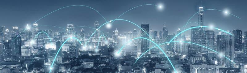Conectividad de la tecnología ocupada en la ciudad imagen de archivo