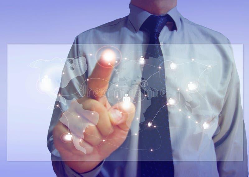 Conectividade global na tela de um homem de negócios imagens de stock