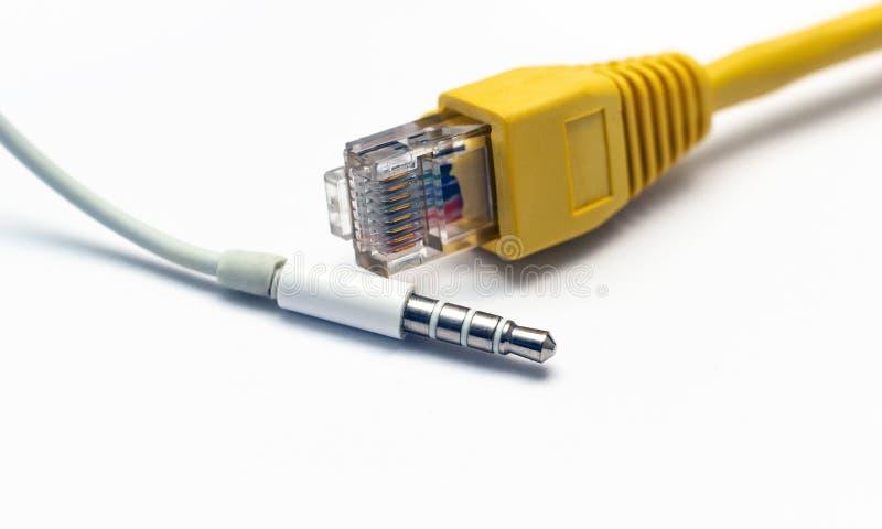 Conector amarelo, da rede, isolado em um fundo branco, e em 3 5 audio fotografia de stock