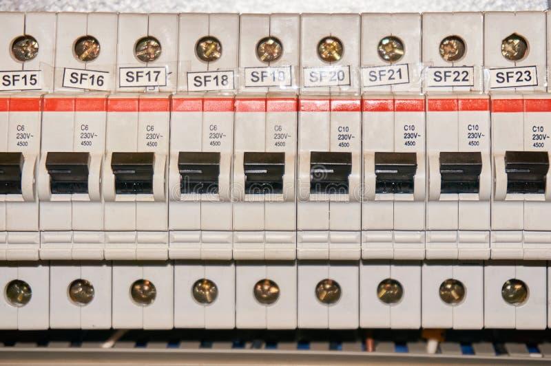 Conector bonde do fusível automático nas linhas elétricas situadas dentro da placa de painel do controle do interruptor Fundo ind fotografia de stock royalty free