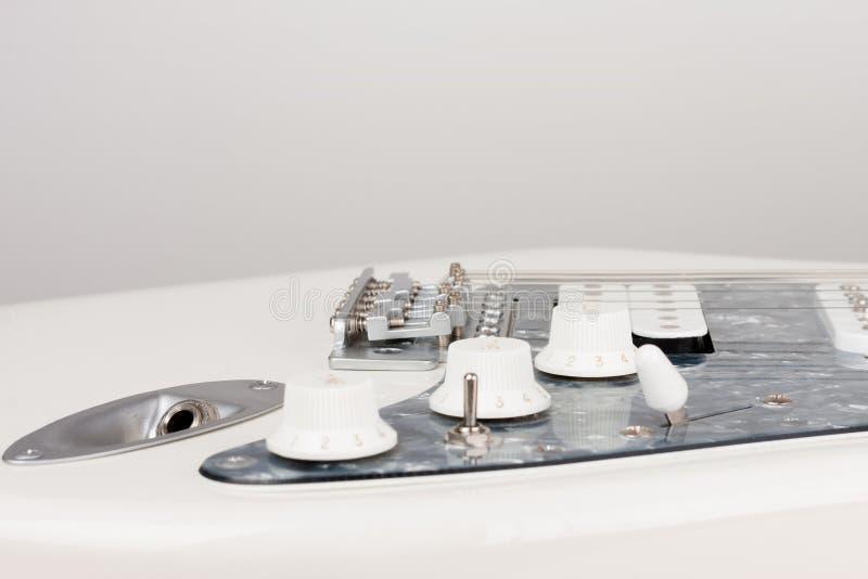 Conector de salida ascendente cercano en la guitarra el?ctrica blanca, lanzamiento del estudio sola bobina y 1 x Humbucking de 2  fotografía de archivo