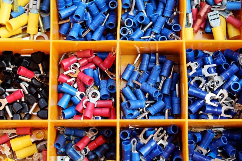 Conectores coloridos separados por la caja de herramientas anaranjada imagen de archivo