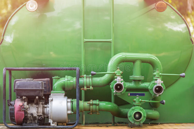 Conectores da mangueira do carro de bombeiros ou bomba de água verde com conectores f foto de stock