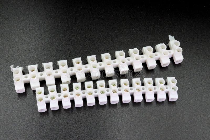 Conectores de cabo elétrico isolados no fundo preto imagens de stock royalty free