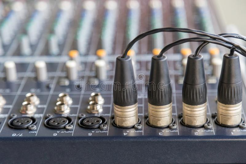 Conectores de XLR nos misturadores audio imagens de stock