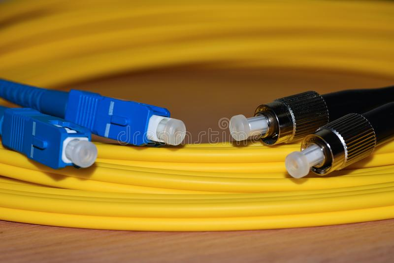 Conectores del cordón de remiendo de la fibra óptica de las telecomunicaciones del primer imagen de archivo libre de regalías