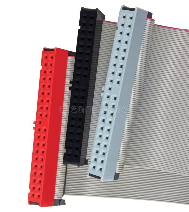 Conectores del IDE y cables de cinta para el disco duro en el ordenador de la PC, aislados, rojo, gris, negro, primer macro detal foto de archivo libre de regalías