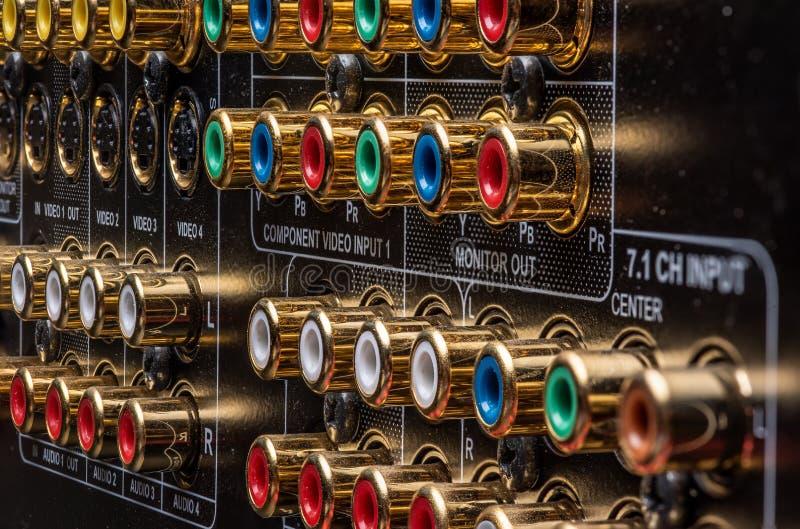 Conectores e terminais de um receptor do teatro de casa foto de stock royalty free