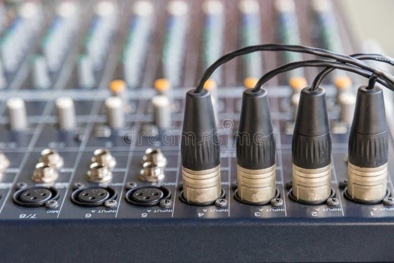 Conectores XLR en los mezcladores audios imagenes de archivo