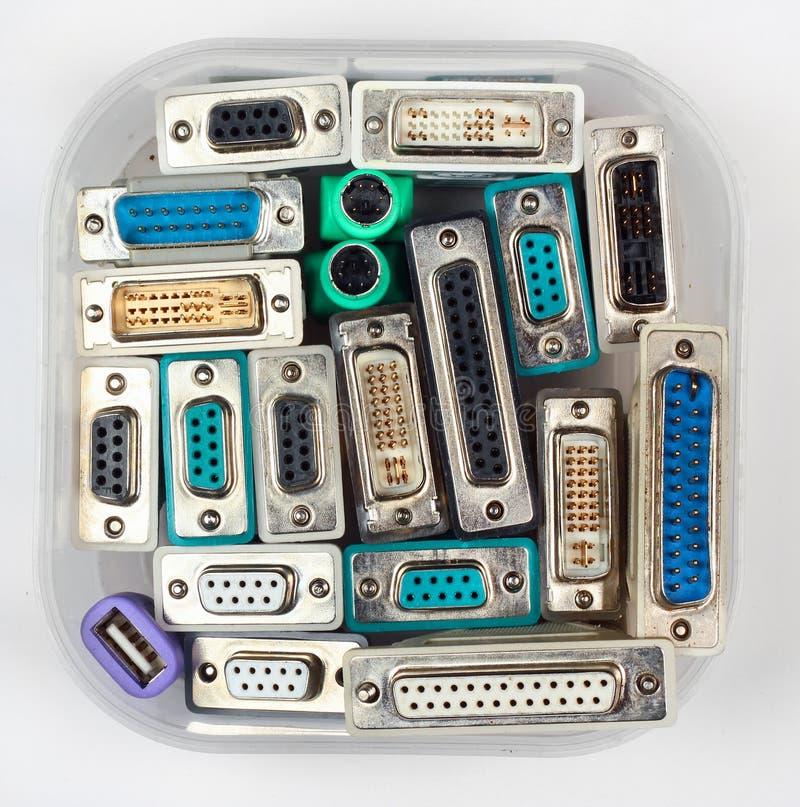 Conectores y adaptadores del ordenador en tarro plástico foto de archivo libre de regalías