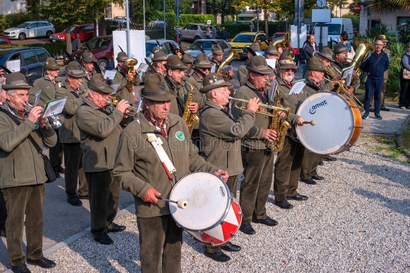 Conegliano, Italia - 13 de octubre de 2017: Ceremonia de la conmemoración en el monumento a los soldados caidos Veteranos y foto de archivo