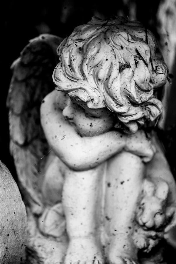 Conejito de la tenencia del ángel imagen de archivo