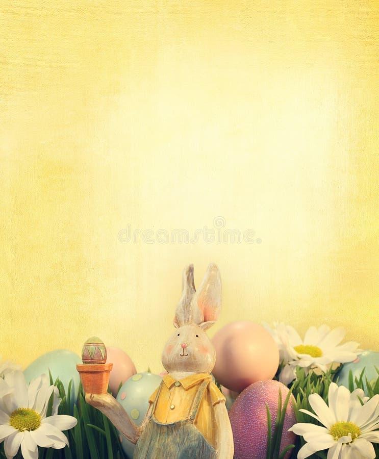 Conejito de pascua con los huevos y las flores fotos de archivo libres de regalías