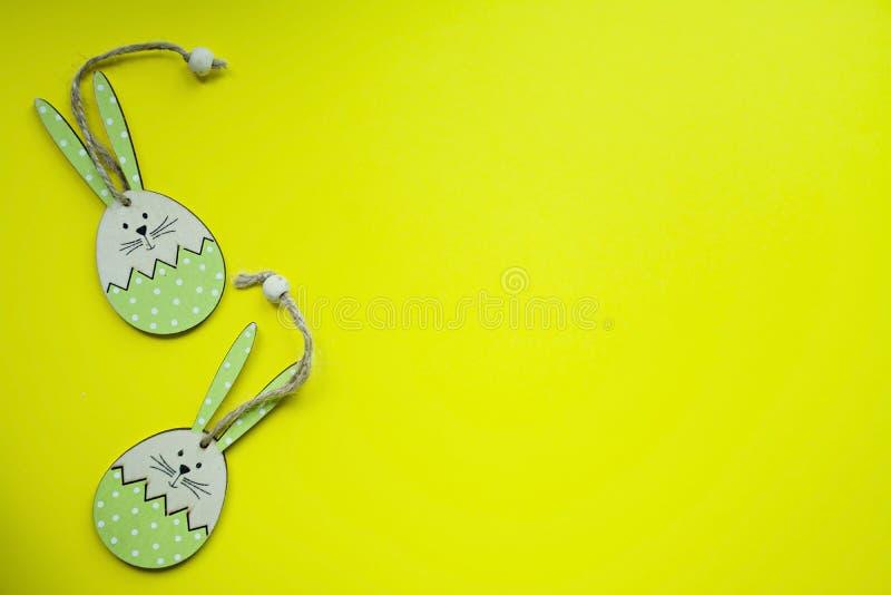 Conejito de pascua en un fondo amarillo Visi?n desde arriba copie el espacio, espacio para el texto foto de archivo