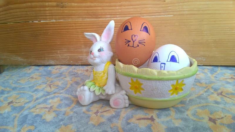 Conejito del juguete con la cesta y los huevos de Pascua fotos de archivo libres de regalías