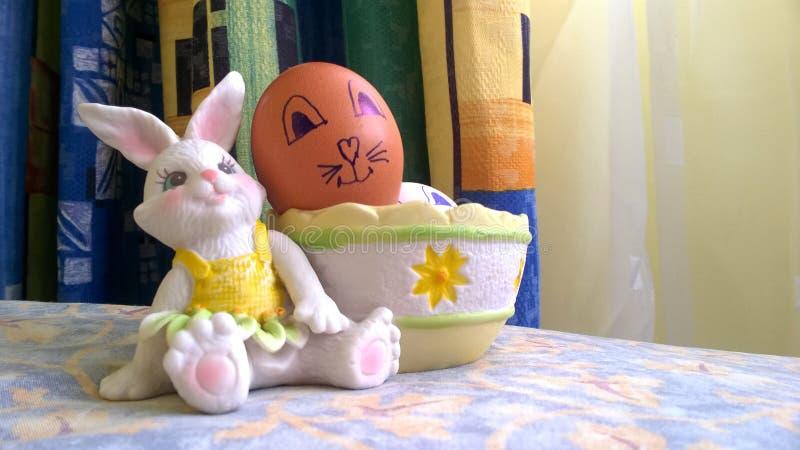Conejito del juguete con la cesta y los huevos de Pascua fotografía de archivo
