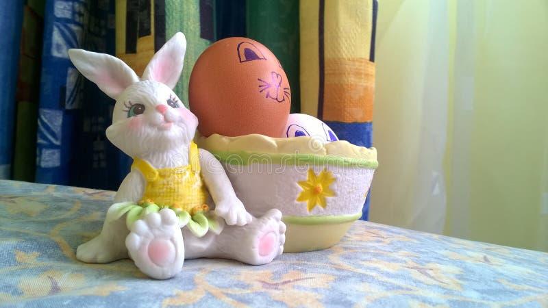 Conejito del juguete con la cesta y los huevos de Pascua fotografía de archivo libre de regalías