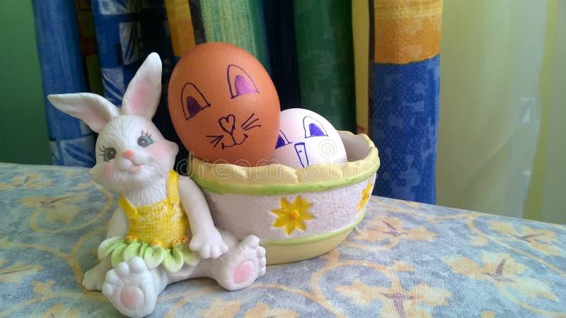 Conejito del juguete con la cesta y los huevos de Pascua foto de archivo