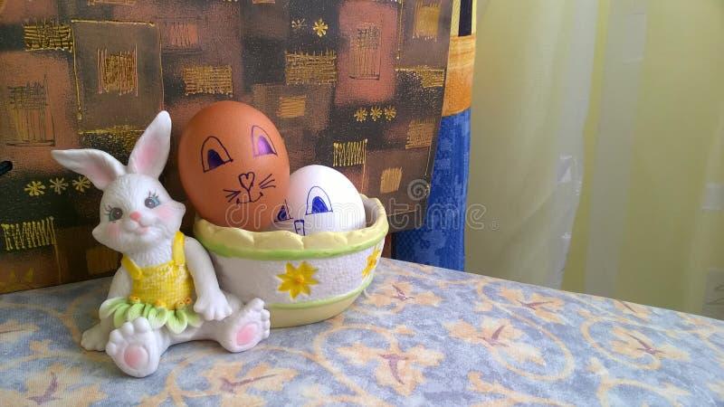 Conejito del juguete con la cesta y los huevos de Pascua imágenes de archivo libres de regalías