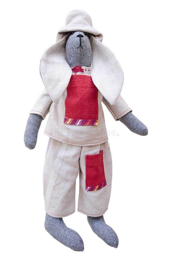 Conejito hecho a mano aislado de la muñeca en la chaqueta casera, pantalones con el hoyo imágenes de archivo libres de regalías