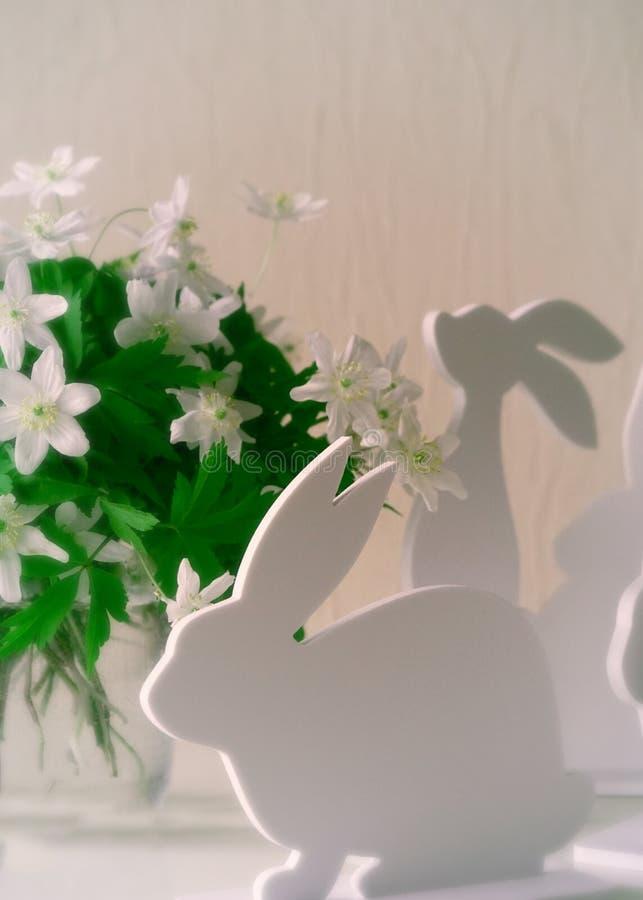 Conejitos de pascua con las flores de la primavera imágenes de archivo libres de regalías