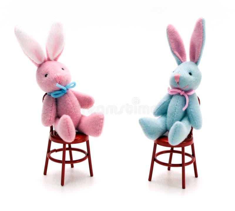 Conejitos en sillas fotografía de archivo