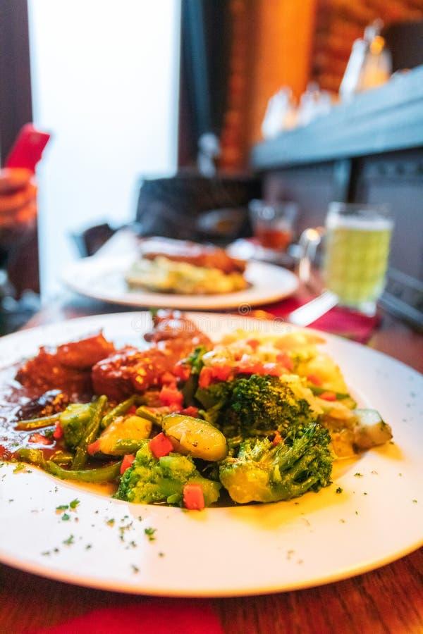 Conejo cocido en cerveza oscura con los purés de patata y las verduras cocidas al vapor Cocina belga nacional imagen de archivo