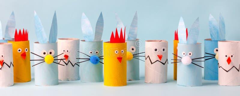 Conejo de juguetes, pollo, huevo del tubo de inodoro rodar para los niños de Pascua. Un terrible arte Escuela y jardín de infanci fotos de archivo