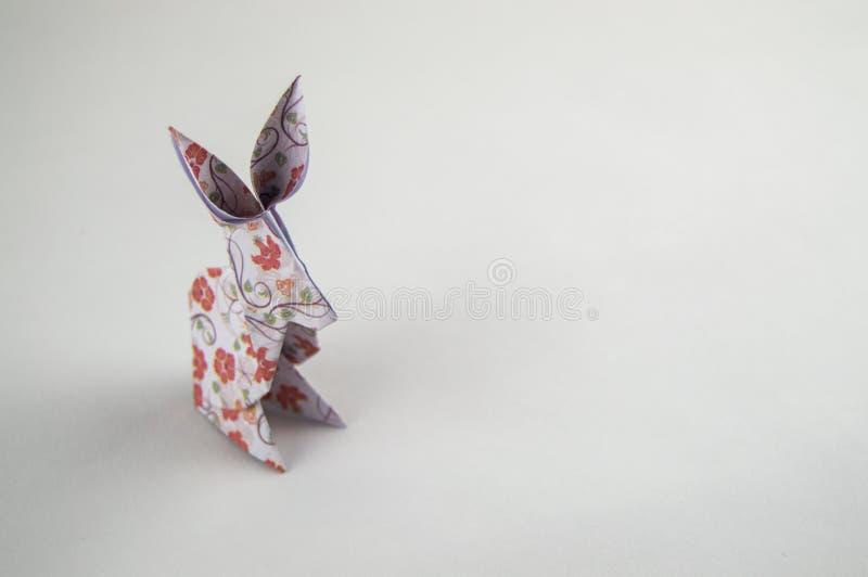 Conejo de la papiroflexia en el fondo blanco imagen de archivo