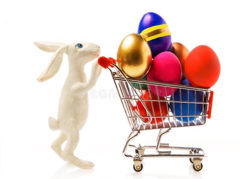 Conejo de Pascua con los huevos en el carro imagen de archivo libre de regalías