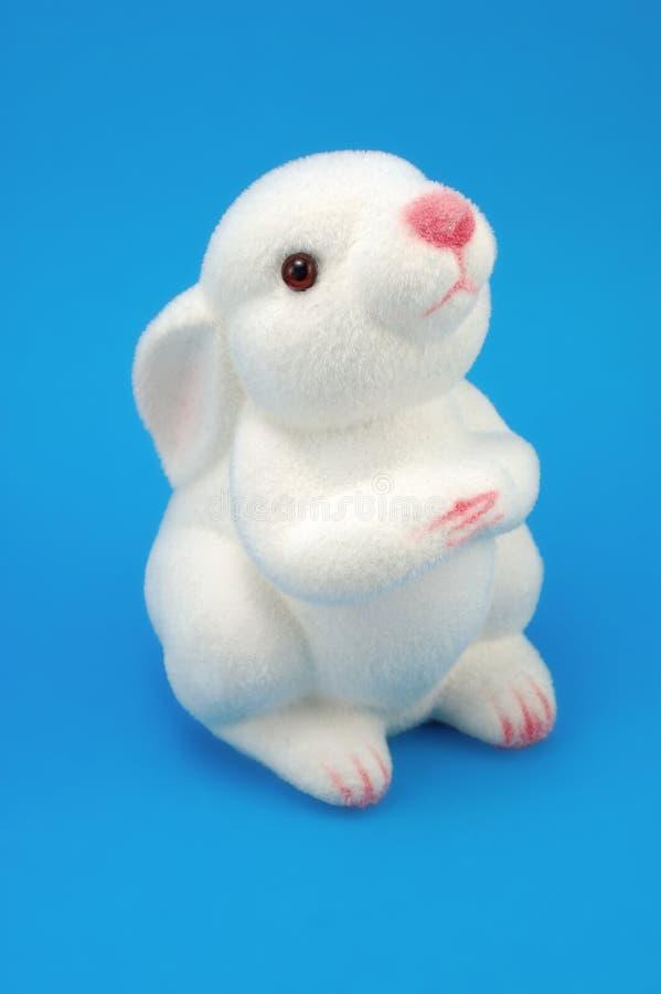 Conejo del blanco del juguete foto de archivo