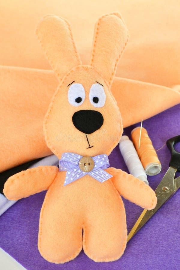 Conejo del fieltro Juguete suave del ` s de los niños foto de archivo libre de regalías