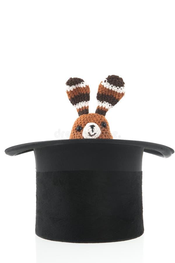 Conejo del juguete en el sombrero de seda imagenes de archivo
