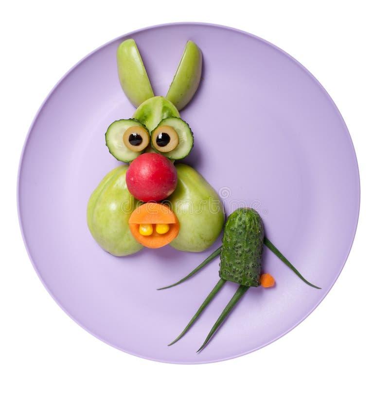 Conejo divertido hecho de verduras verdes foto de archivo libre de regalías