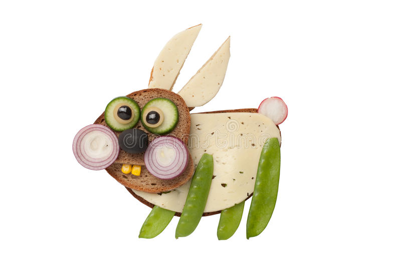 Conejo divertido hecho del pan y de las verduras imagen de archivo