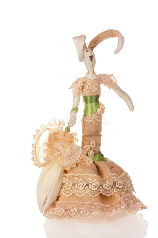 Conejo hecho a mano de la muñeca en amarillento
