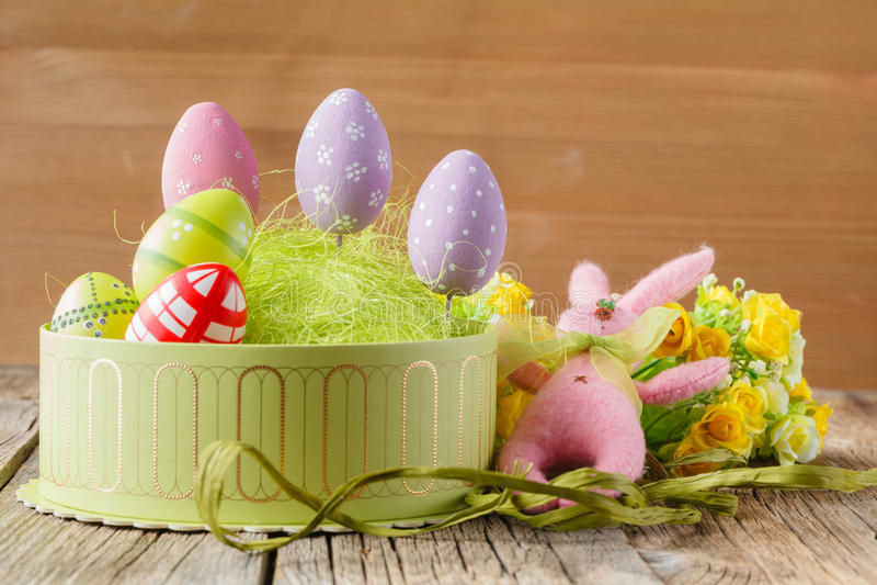 Conejo y huevos rosados de pascua fotos de archivo