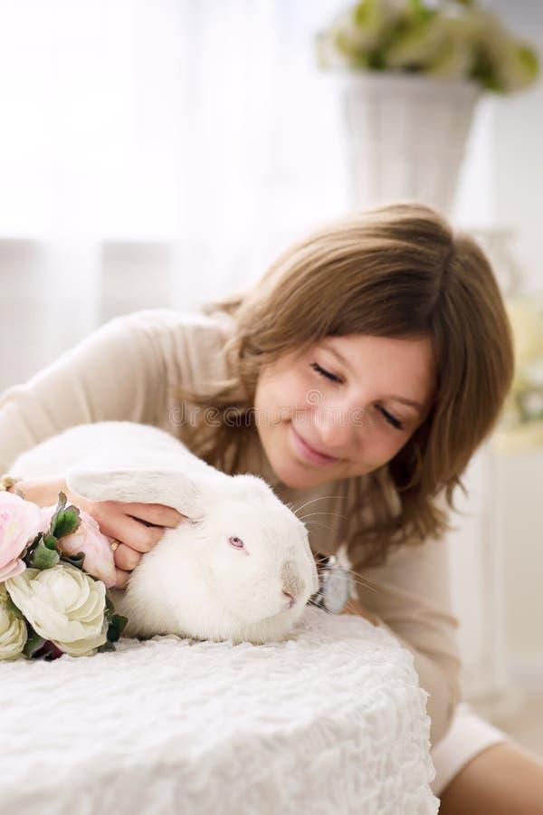 Conejo y muchacha blancos fotografía de archivo