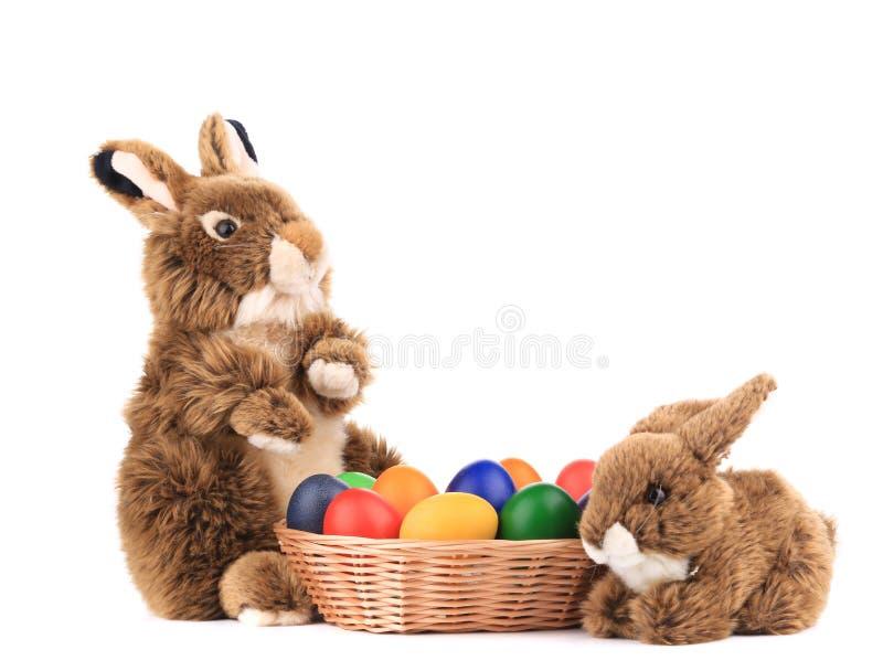 Conejos de Pascua y huevos coloridos fotos de archivo