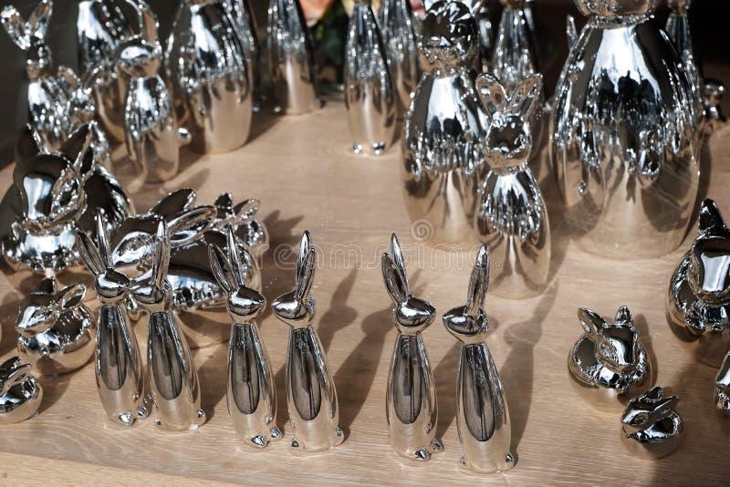 Conejos de plata en el tiempo de pascua imagenes de archivo