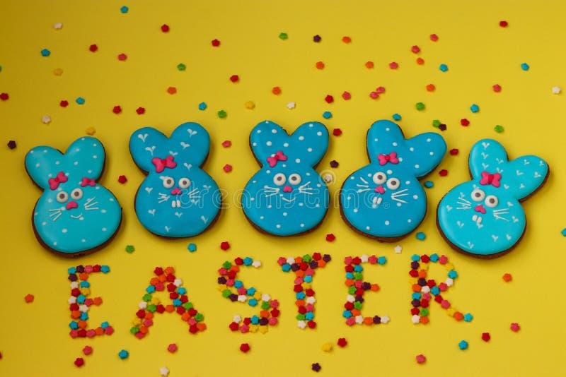 Conejos divertidos de Pascua, galletas pintadas hechas en casa del pan de jengibre imagen de archivo libre de regalías