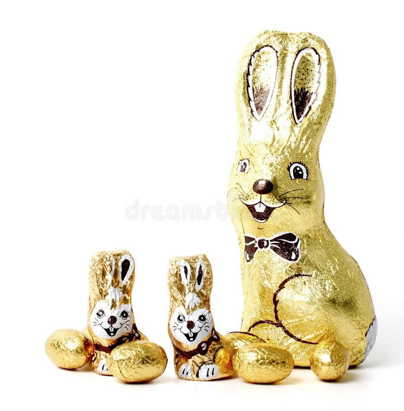 Conejos y huevos de pascua del chocolate foto de archivo