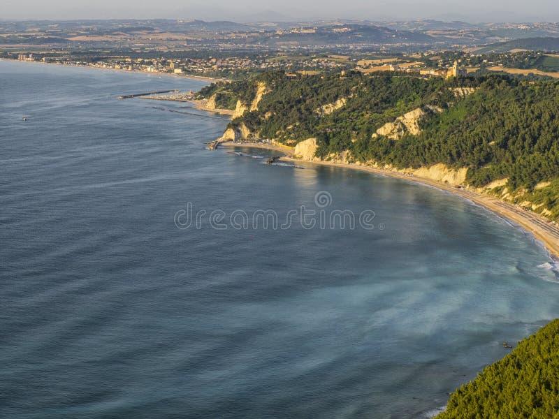 Download Conero Sunie, Numana, Marche, Włochy Obraz Stock - Obraz złożonej z antena, miasteczko: 53793471
